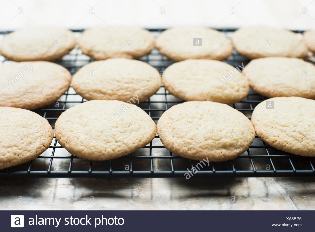 Cookies on cooling rack, close-up - Stock Image