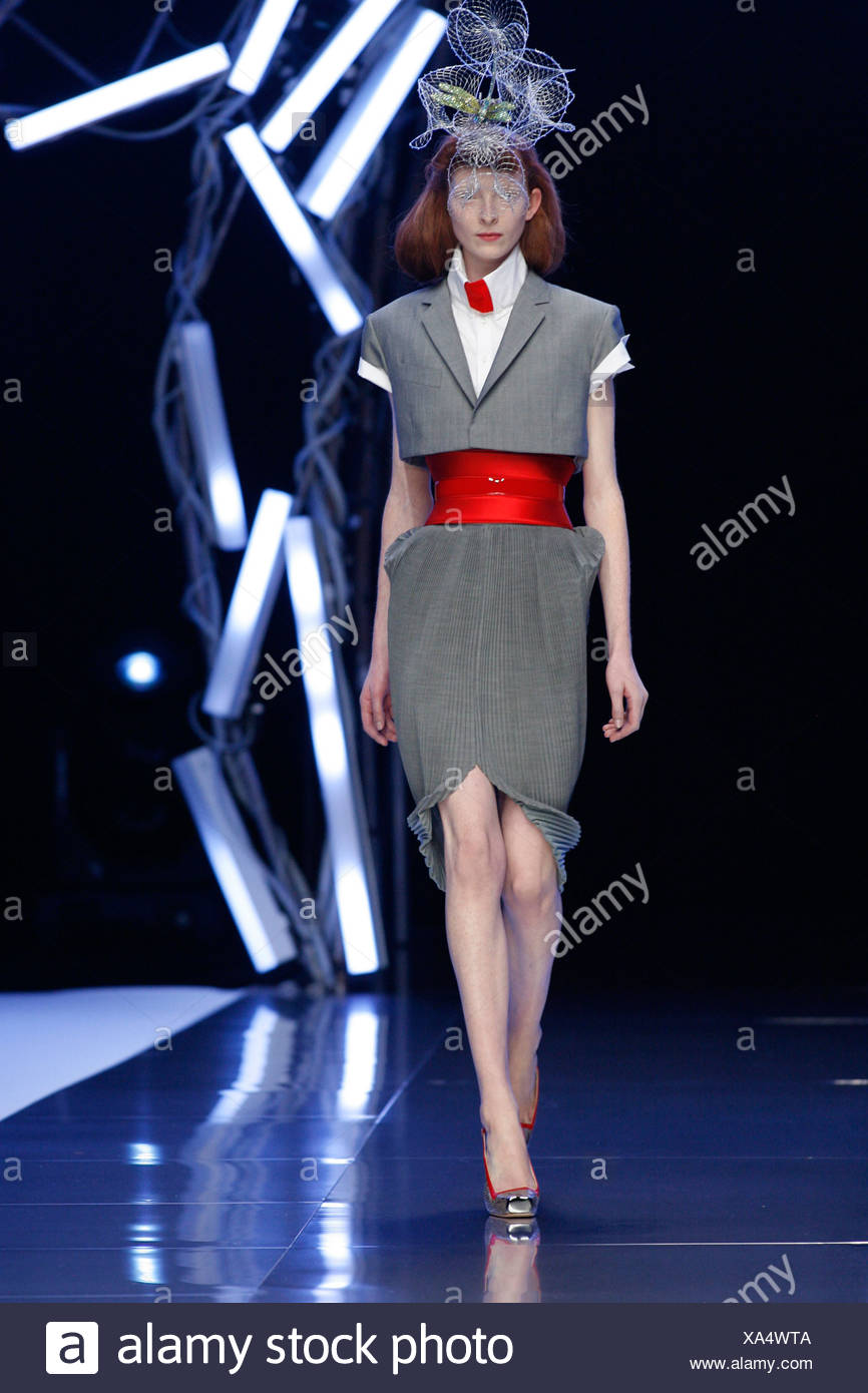 4333daeadec6 Alexander McQueen Paris Ready to Wear Spring Summer Tribute to the late Isabella  Blow
