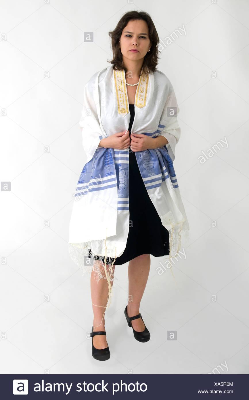 Reform Judaism - female Rabbi wears a Tallis - Stock Image