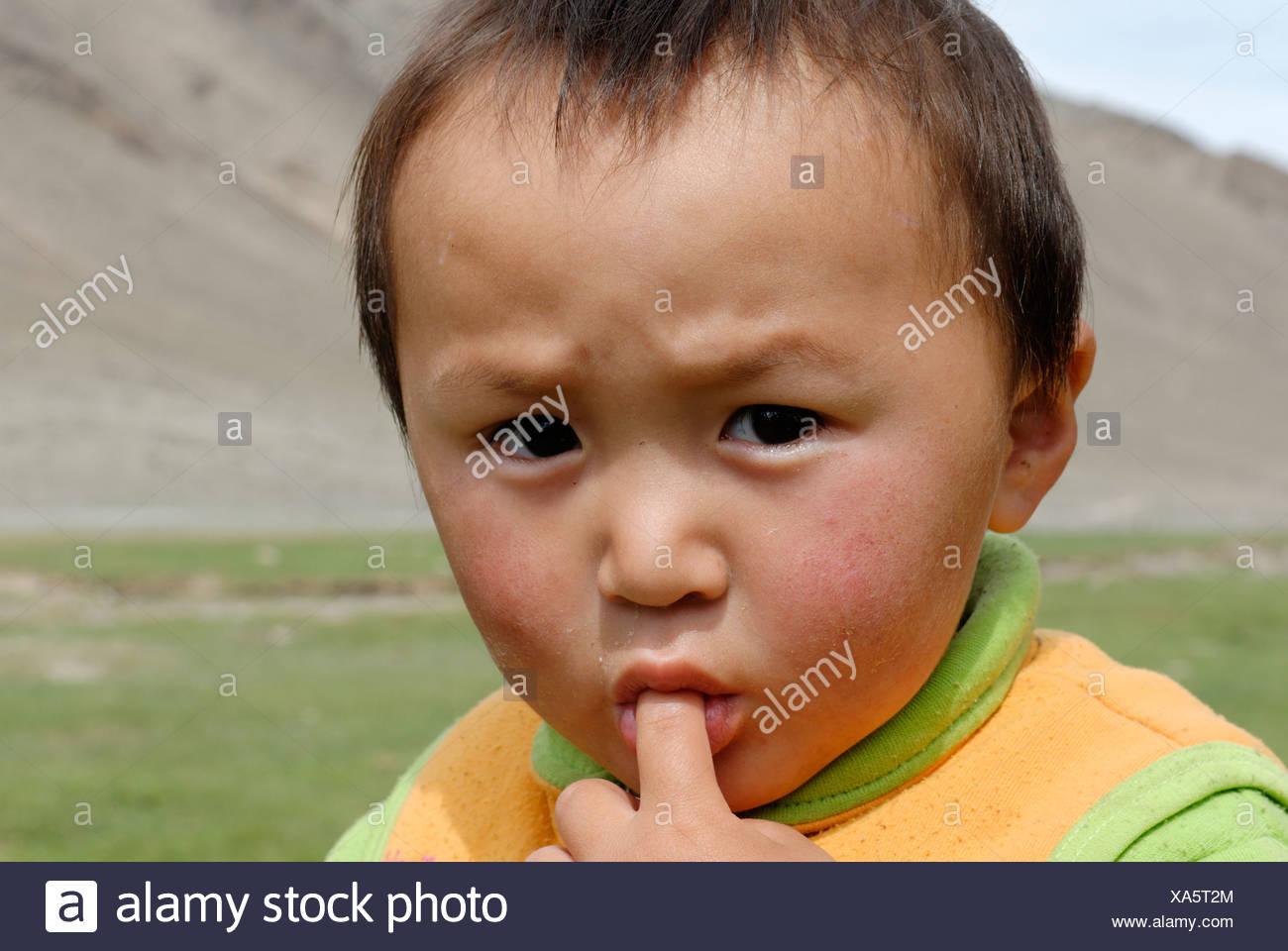 kazakh-mongolian-child-altai-kazakhstan-