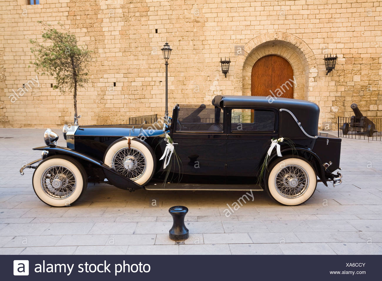 Classic car in front of the Cathedral La Seu at Palma, Mallorca, Majorca, Balearic Islands, Spain, Europe - Stock Image