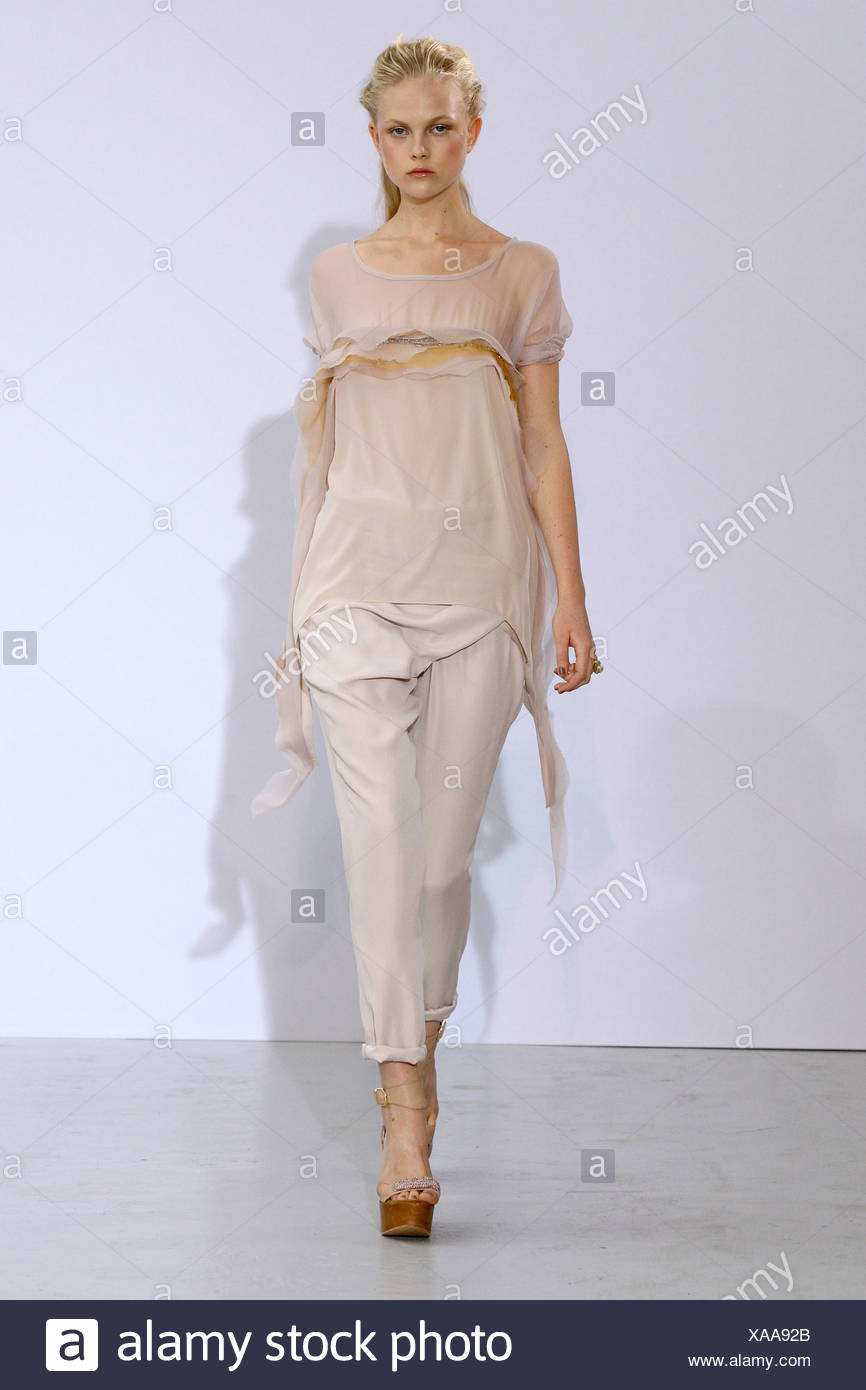 Fashion week Valrie anne hash spring for woman
