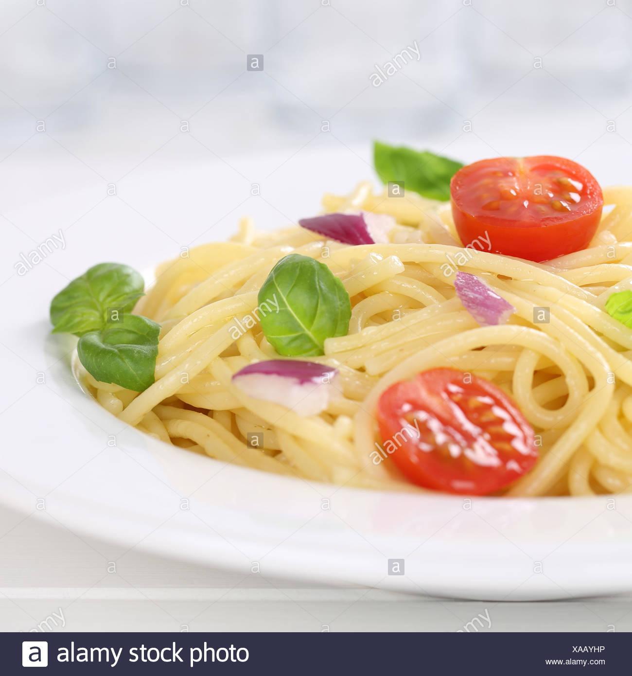 Italienisches Gericht Spaghetti mit Tomaten Nudeln Pasta auf Teller - Stock Image