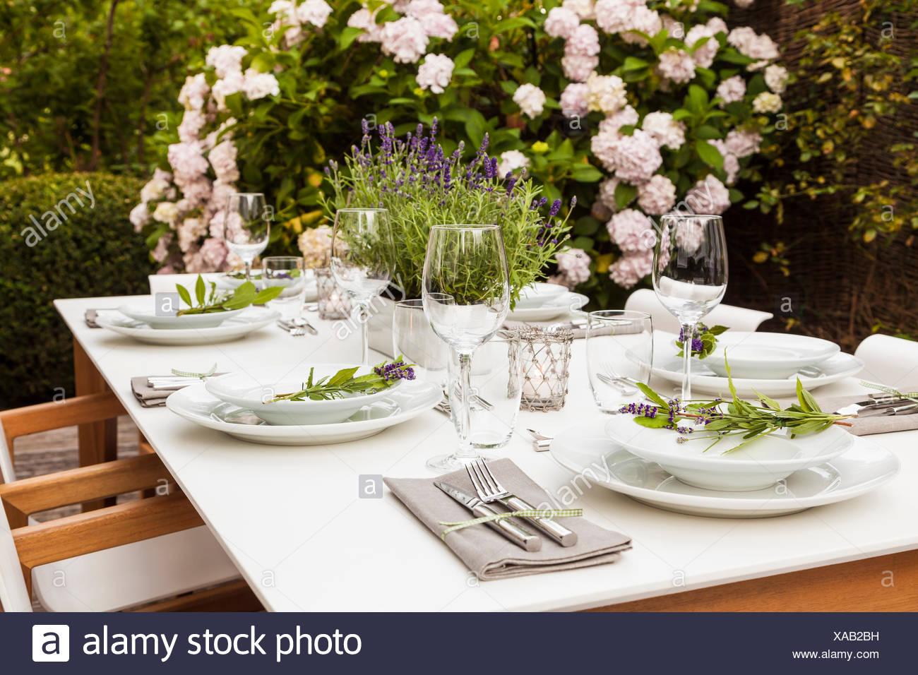 deutschland garten terrasse holzdeck gartenm bel moderne sitzgruppe gedeckter tisch. Black Bedroom Furniture Sets. Home Design Ideas