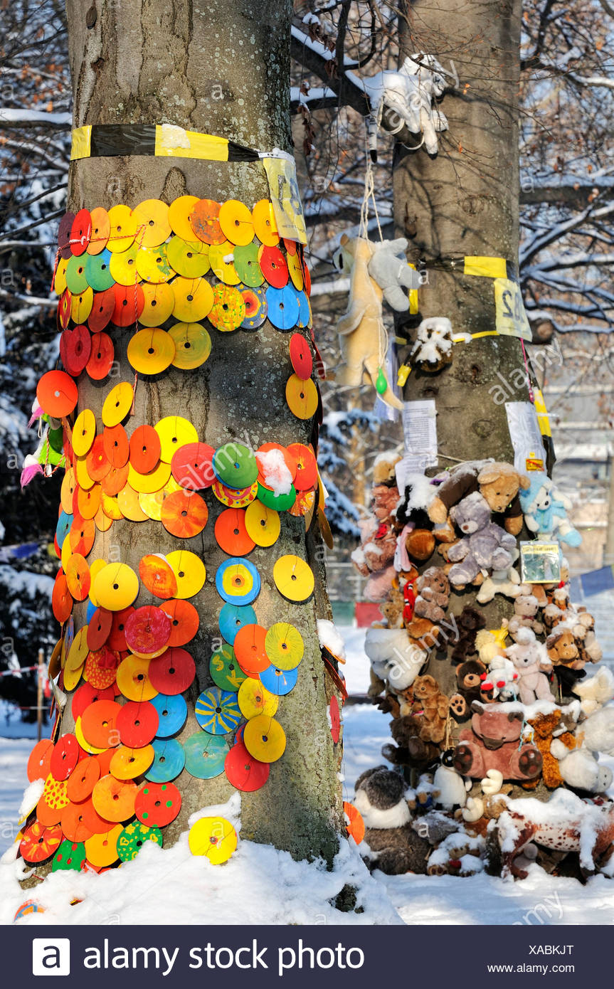 Protest against Stuttgart 21, a controversial urban development and transport project, CDs and cuddly toys on an old tree in the - Stock Image