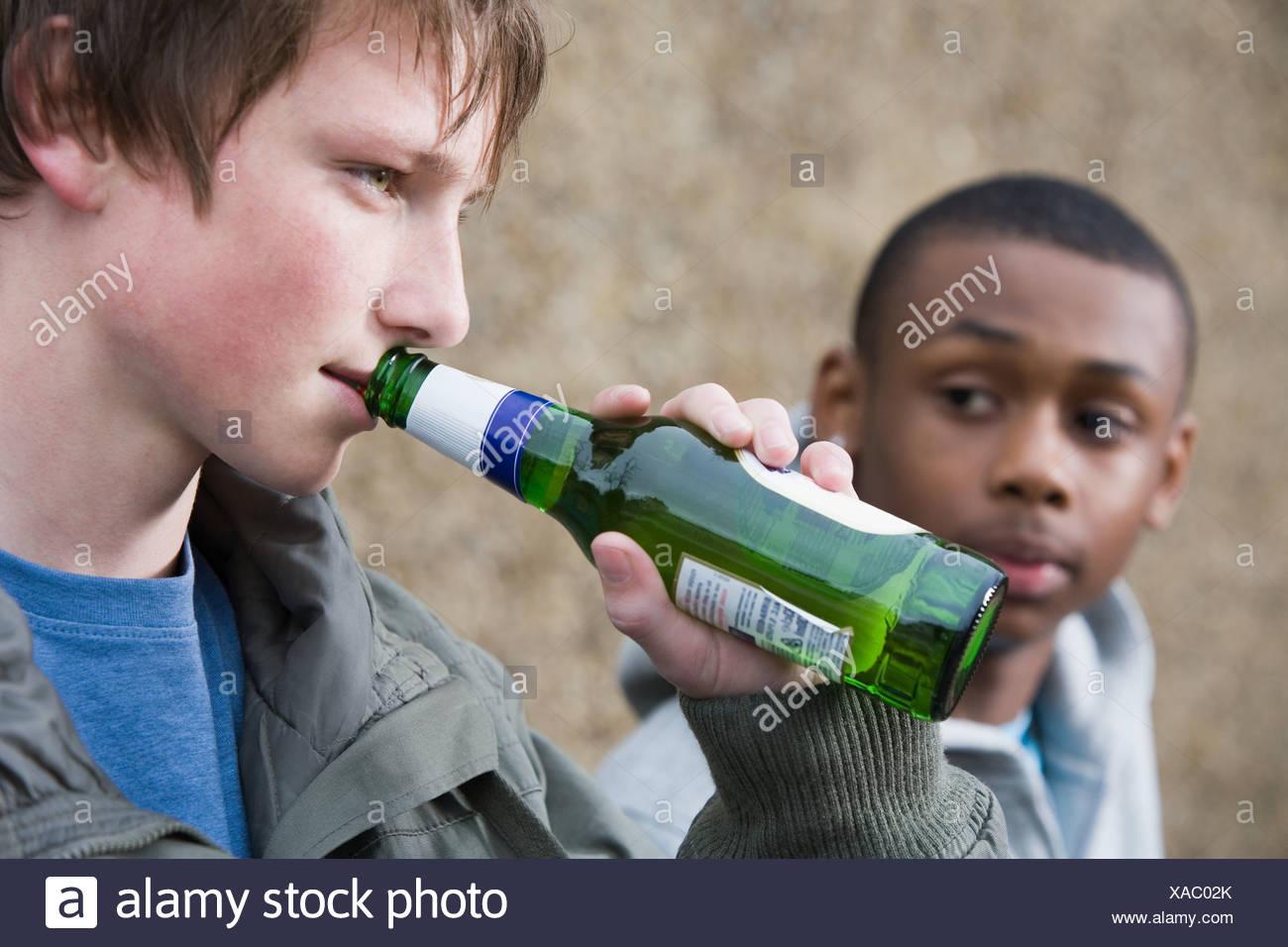 Teenagers drinking beer - Stock Image