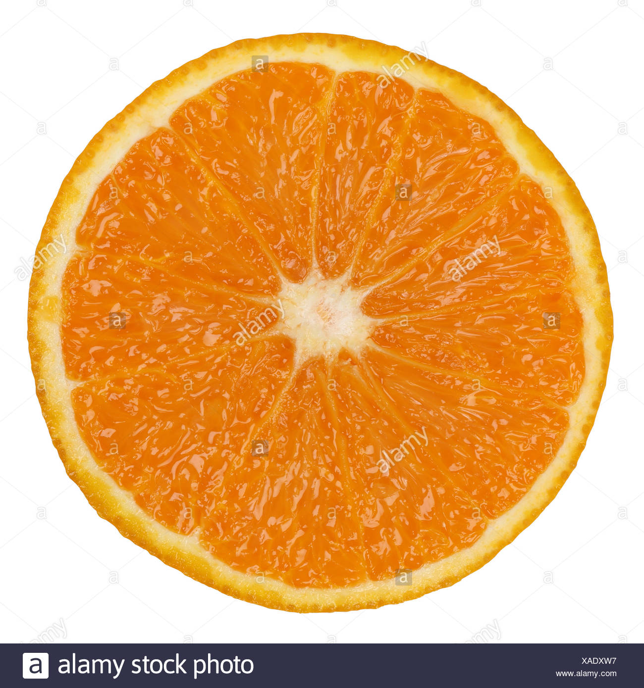 Durchgeschnittene Orange, isoliert vor einem weissen Hintergrund Stock Photo