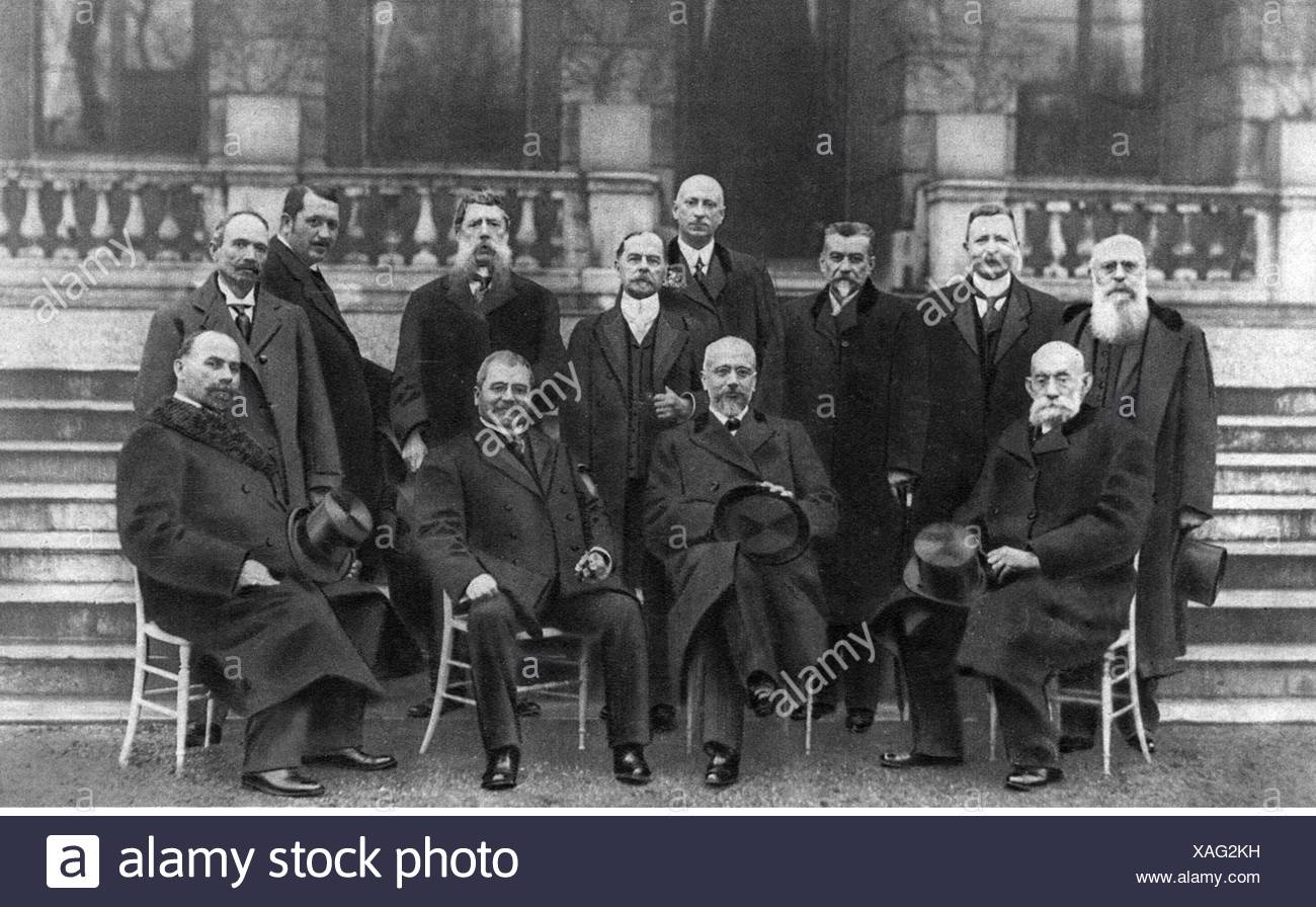 First Balkan War 1912, delegates of the Balkan League at the peace negotiations, group picture, London, 1913, 20th century, 1910s, 10s, Europe, the Balkans, Balkan League, war, wars, peace, participant, participants, diplomacy, diplomat, diplomatist, diplomats, diplomatists, politics, policy, politician, politicians, Serbia, Greece, Bulgaria, Montenegro, half length, standing, sitting, sit, first row fltr: Stoyan Novakovic, former Serbian Prime Minister, Eleftherios Venizelos, Greek Prime Minister, Stoyan Danev, president of the Bulgarian parliament, Lazar Miju, Additional-Rights-Clearences-NA - Stock Image