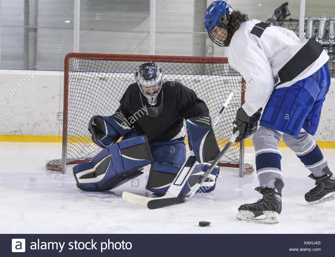 Eishockey, Angreifer vor Torhueter (model-released) - Stock Image