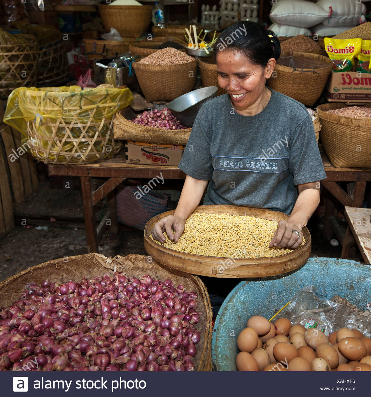 Market woman on an indoor market, Singaraja, northern Bali, Bali, Indonesia, Southeast Asia - Stock Image