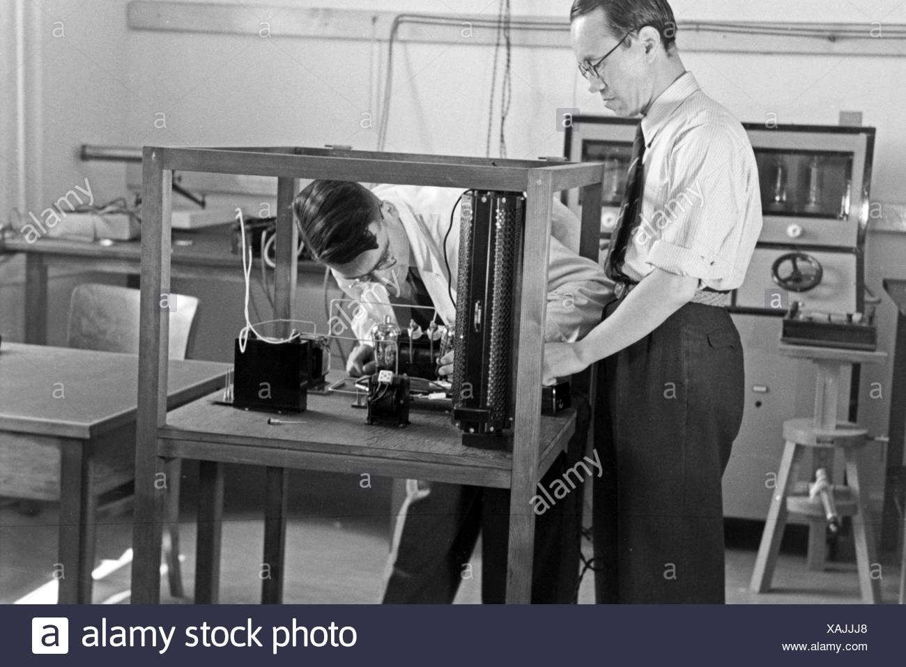 Zwei Mitarbeiter des Kaiser Wilhelm Instituts für Physik in Berlin Dahlem, Deutschland 1930er Jahre. Two staff members of the Kaiser Wilhelm Institute for physics in Berlin Dahlem, Germany 1930s - Stock Image