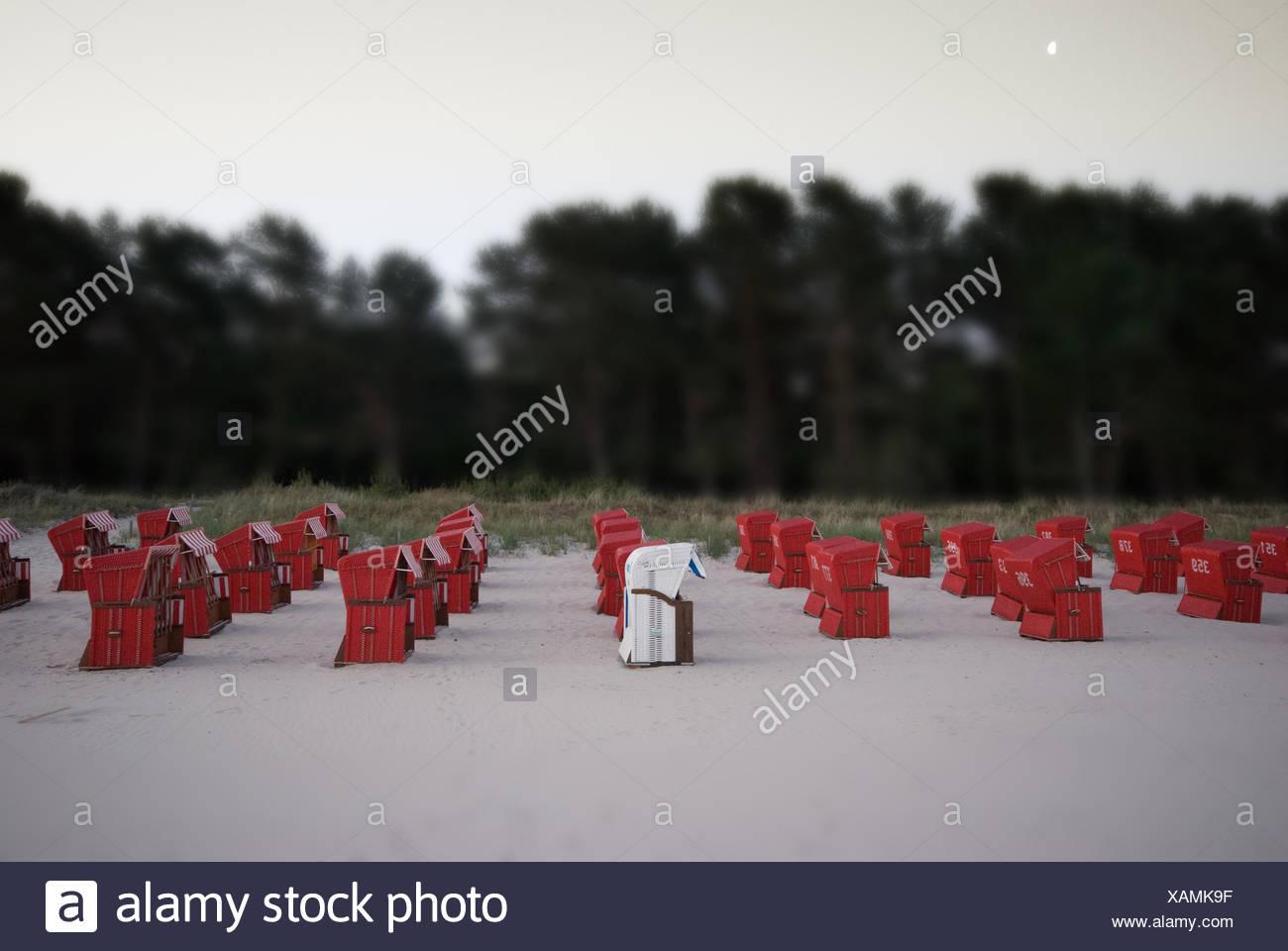 Strandkörbe, Rot, Weiß, Strand, Binz, Deutschland - Stock Image