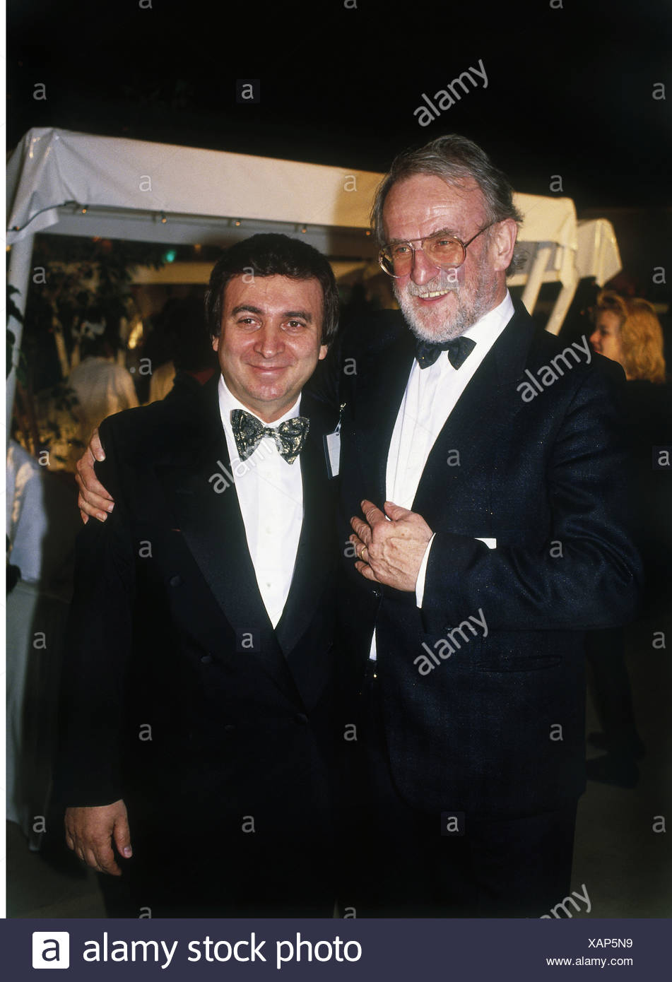 Avram, Marcel, * 1.3.1938, chief of the agency 'Mama Concerts', half length, with Fritz Rau, during the concert of the trio Sammy Davis Jr., Frank Sinatra and Liza Minnelli, 'Ultimate Event Tour', Olympics Hall, Munich, 2.5.1989, Additional-Rights-Clearances-NA - Stock Image