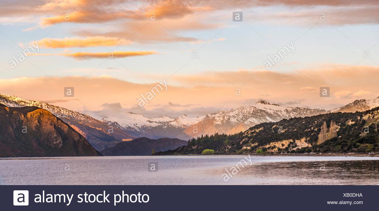 Sunrise, mountains with snow on Wanaka Lake, Rocky Peak, Glendhu Bay, Otago, Southland, New Zealand - Stock Image