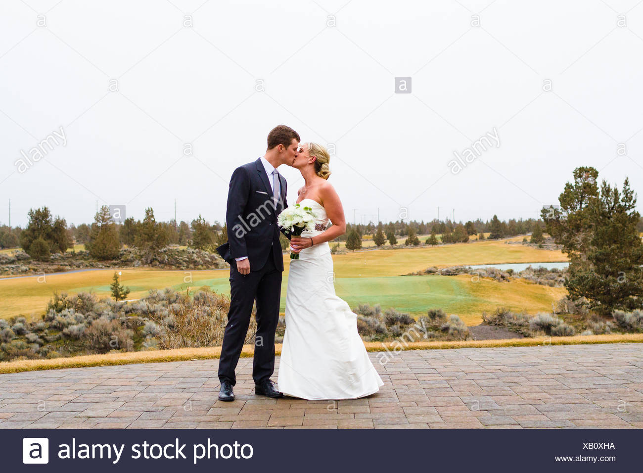 Bride and groom kissing on wedding day, Oregon, United States Stock Photo