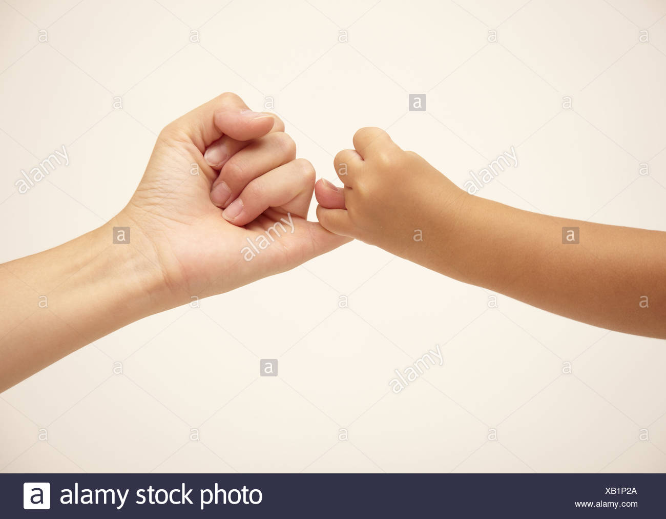 Mother and daughter's hands, pinky promise - Stock Image