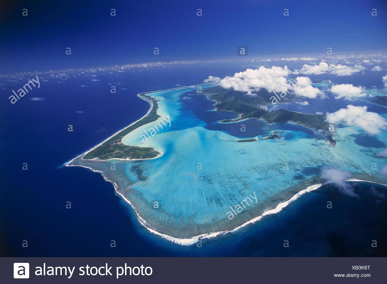 Französisch-Polynesien, Bora Bora,  Riff, Luftaufnahme  Südsee, Südpazifik, Pazifik, Pazifischer Ozean, Meer, Ozeanien, Polynesien, Gesellschaftsinseln, Insel, Inseln, Urlaubsziel, Reiseziel, Übersicht, Inselübersicht, Korallenriff, Wolken - Stock Image