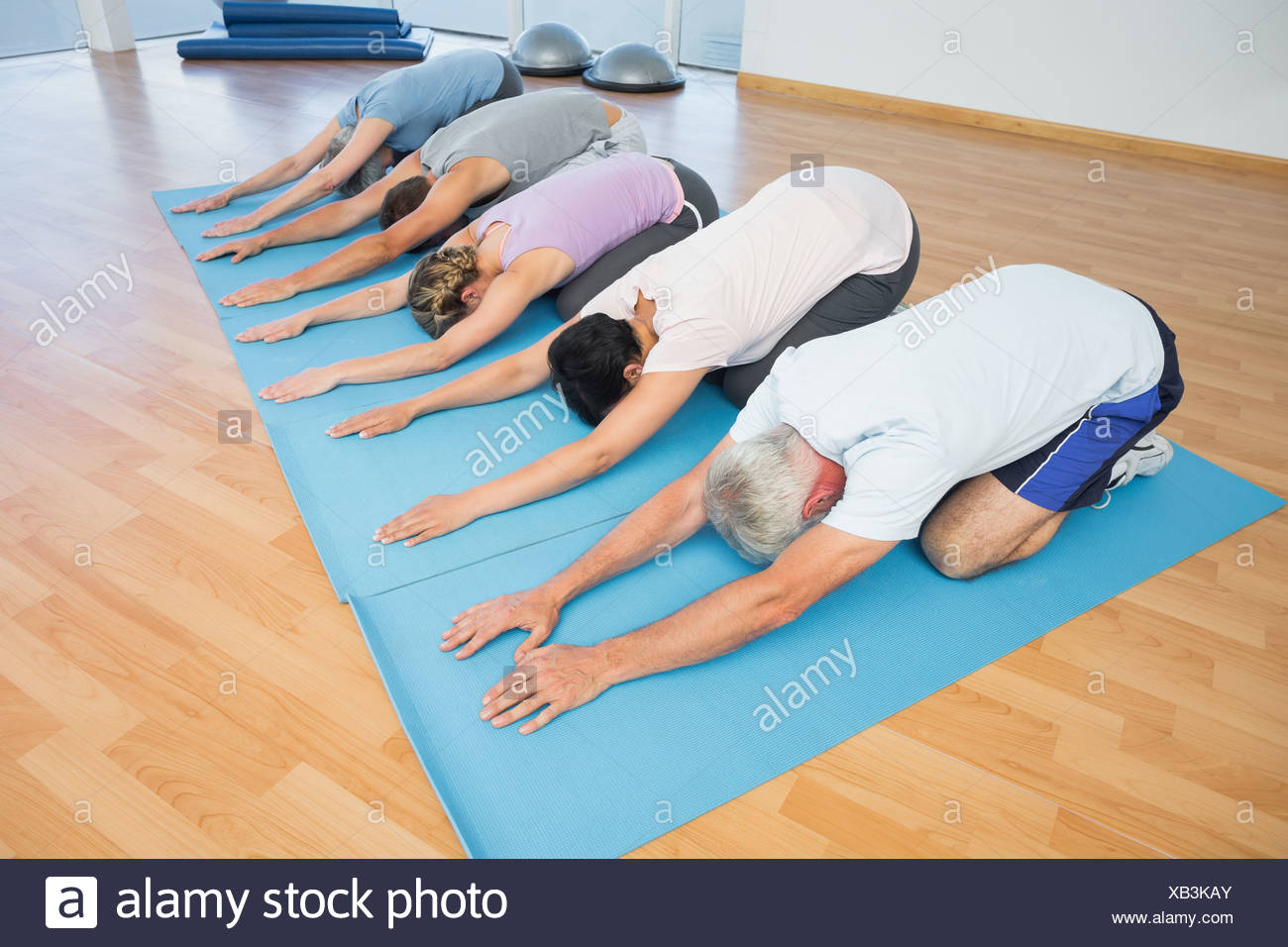 Fitness group bowing in row - Stock Image