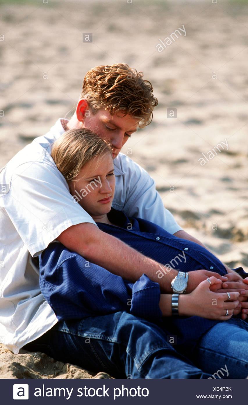 Pregnant young couple contemplating at beach. SerieCVS100024026 - Stock Image