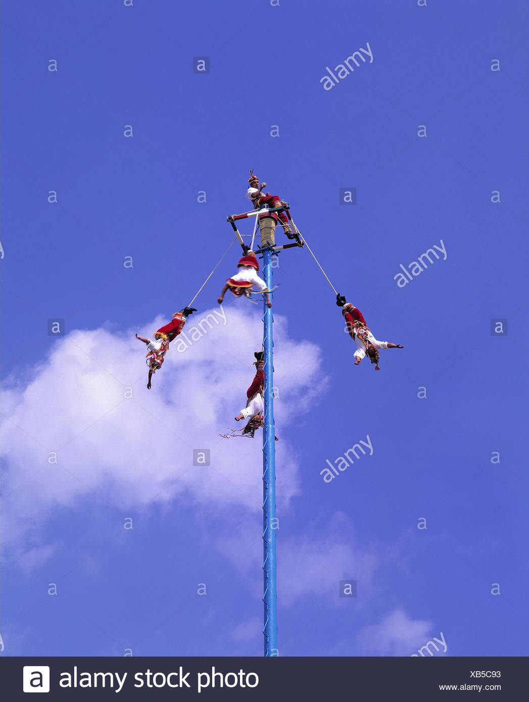 Mexico, federal state of Veracruz, el Tajin, showing, men 'Voladores', fertility rite Central America, México, Estados Unidos Mexicanos, rite, ceremony, fertility ceremony, tradition, plane game, historically, 'Tocotines', five, costumes, clothes, traditionally, mast, musician, musician, platform, 'overhung people', hang, fly headlong, angeseilt, circle, rotate, rotations, rope deal with, herabschweben, culture, heaven - Stock Image