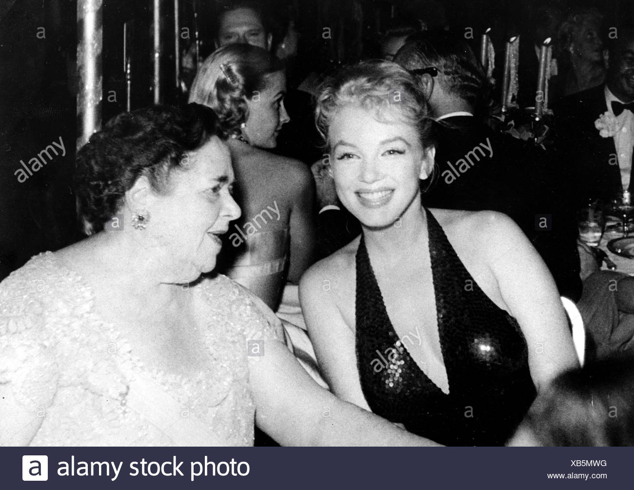 Maxwell, Elsa, 25.4.1883 - 1.11.1963, American publicist, half length, with Marilyn Monroe, at reception, New York, 15.4.1957, s - Stock Image