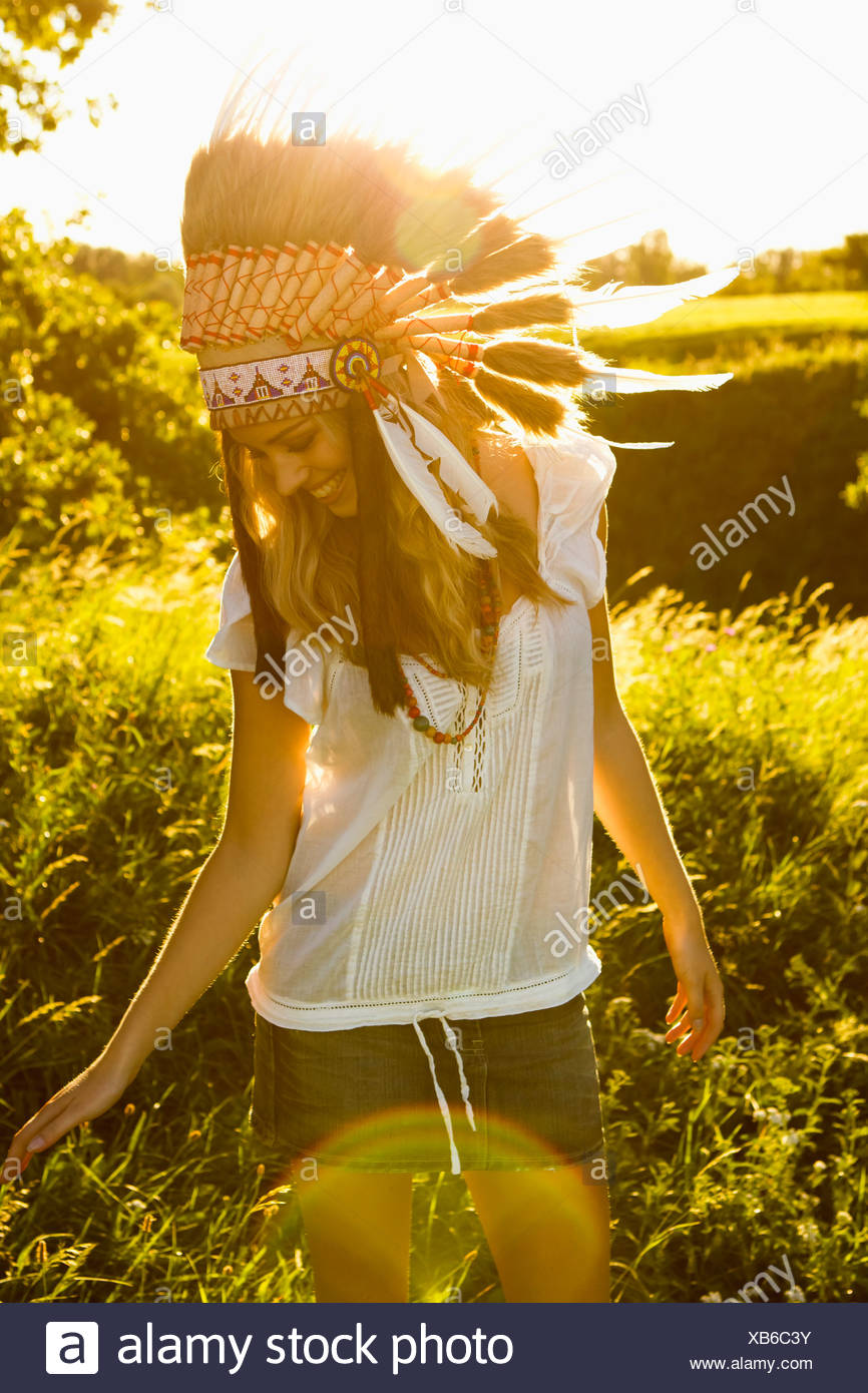 Woman wearing Native American headdress - Stock Image