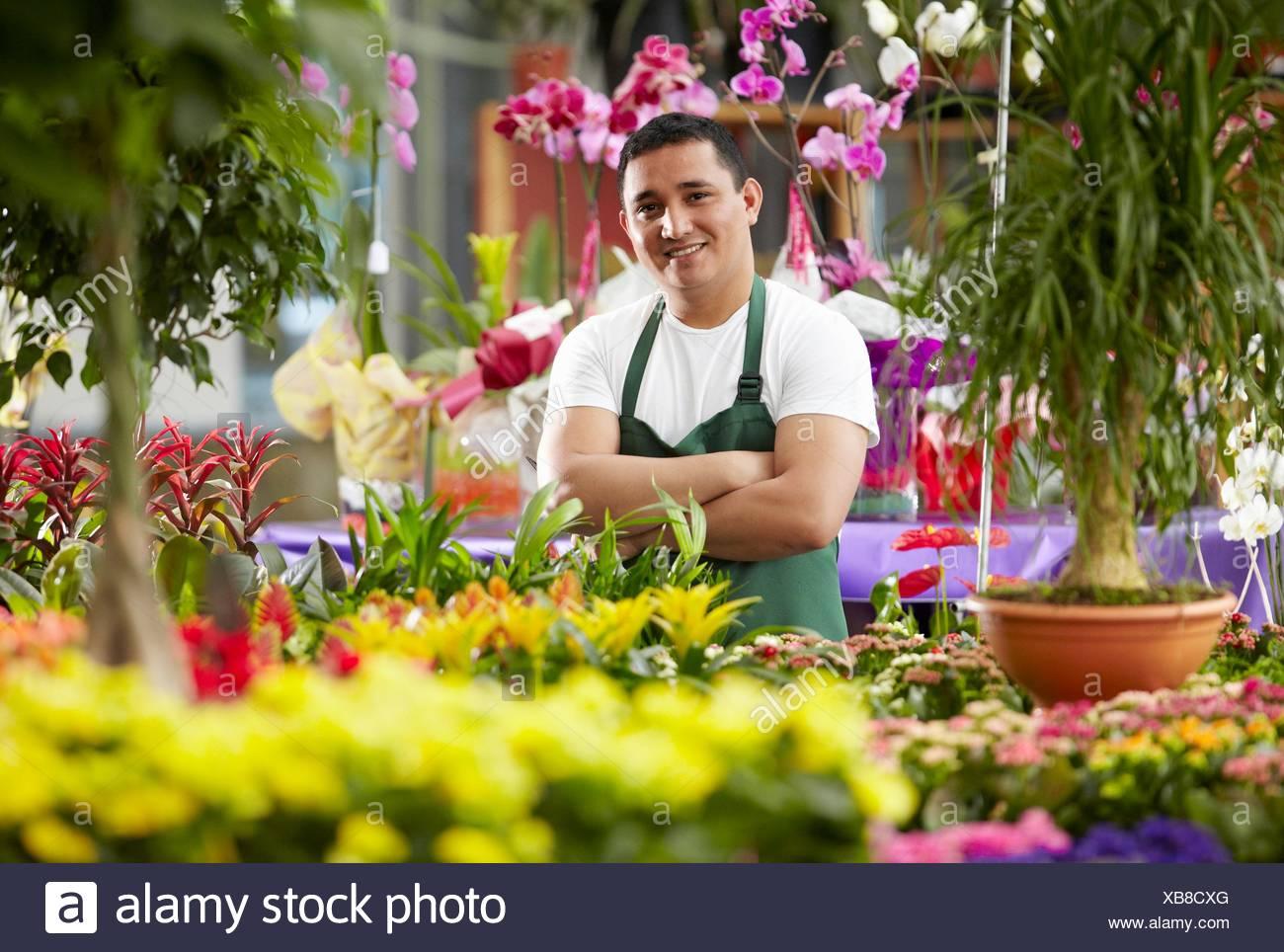 Inmigrante hondureño trabajando en España, jardinero, Garden center. - Stock Image