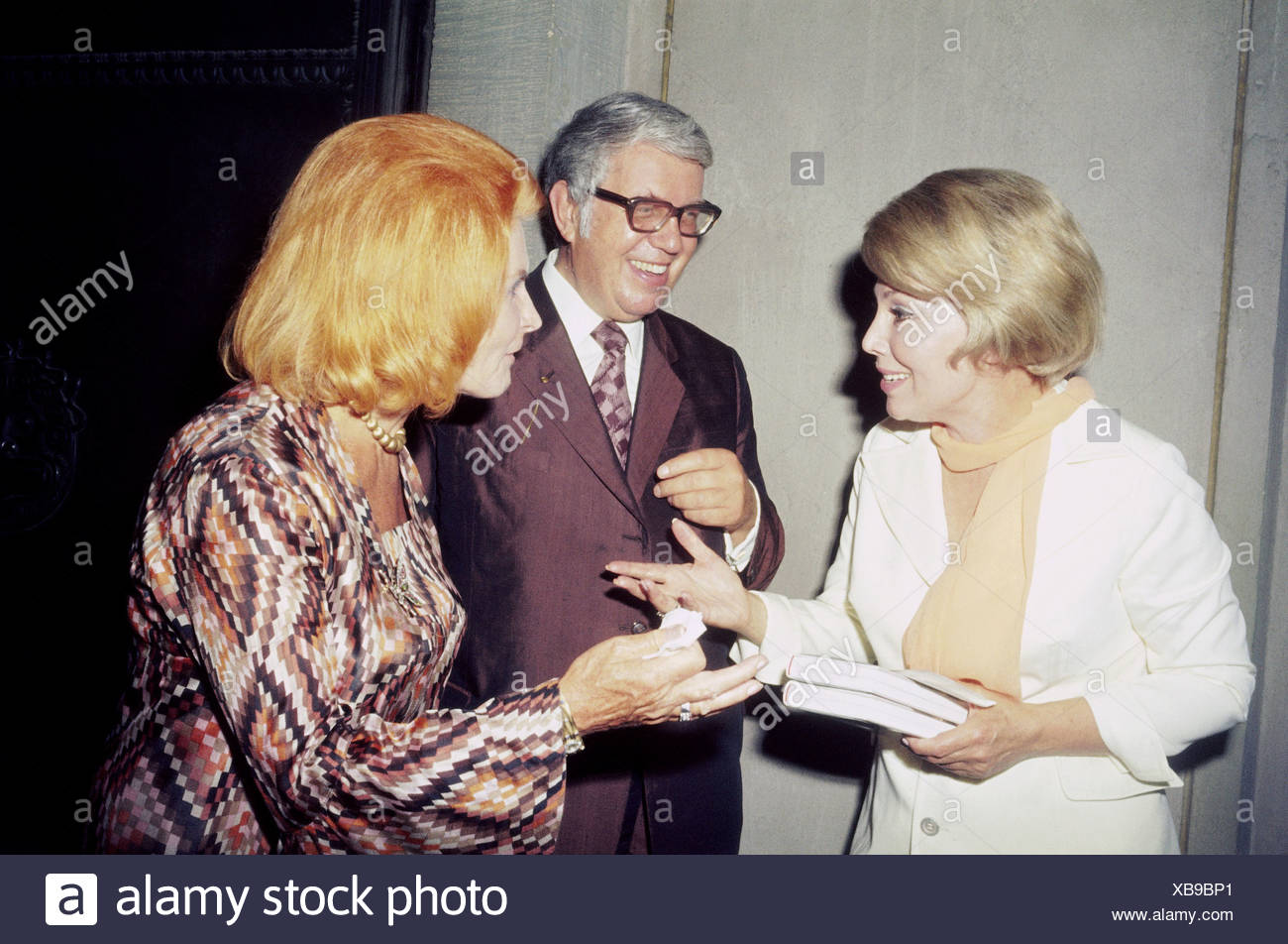 Kindler, Helmut, 3.12.1912 - 15.9.2008, German publisher, with wife Nina and Anneliese, Rothenberger during introduction of her - Stock Image