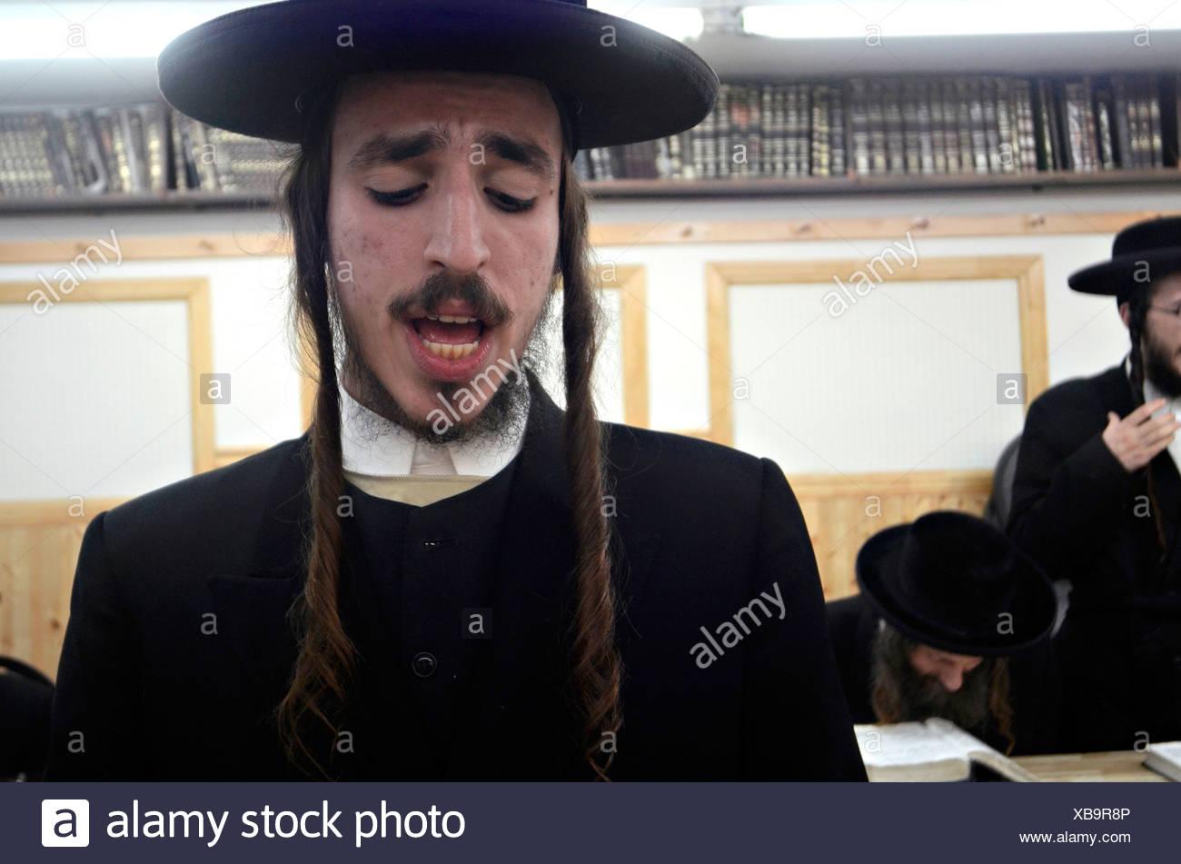 Extremist Haredi Jewish men praying, Lev Tahor (Pure Heart) community, Sainte Agathe des Monts, Quebec, Canada - Stock Image
