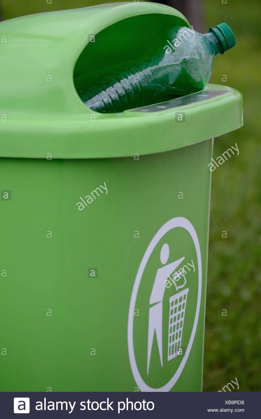 gruener Abfallkuebel mit gruener PET-Flasche Stock Photo