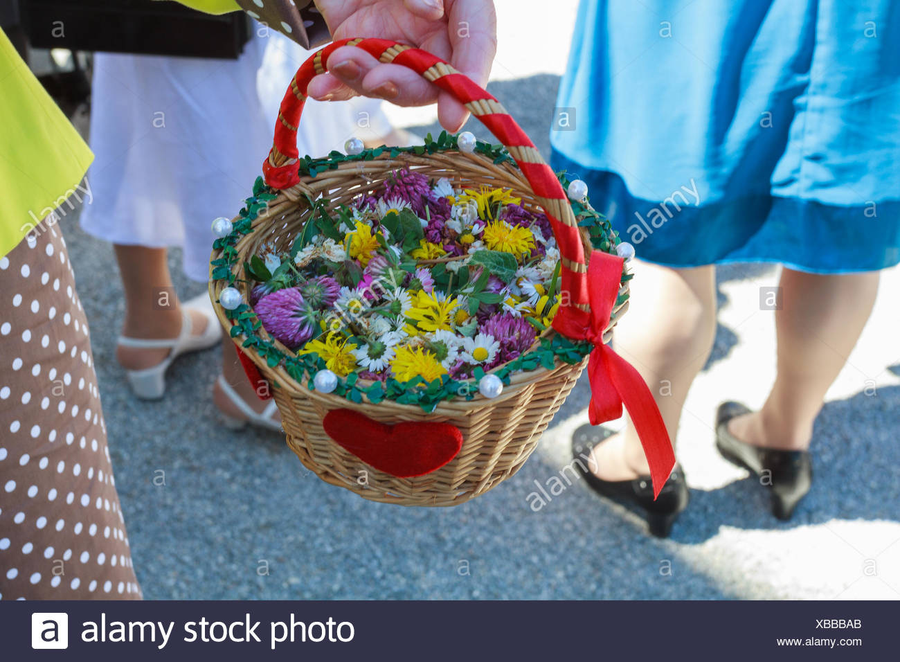 Flower basket at a marriage with guests - Stock Image