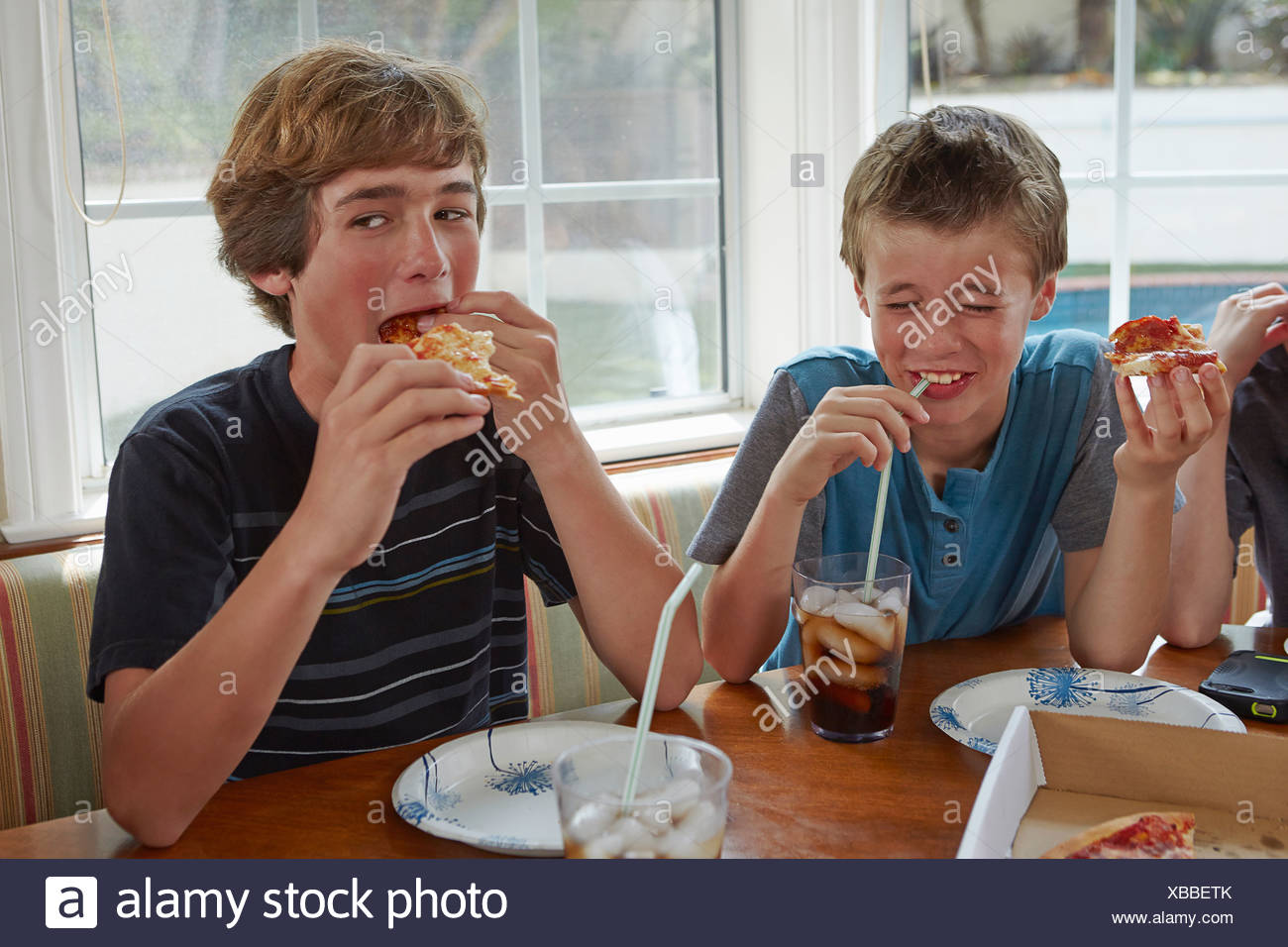 Boys eating pizza - Stock Image
