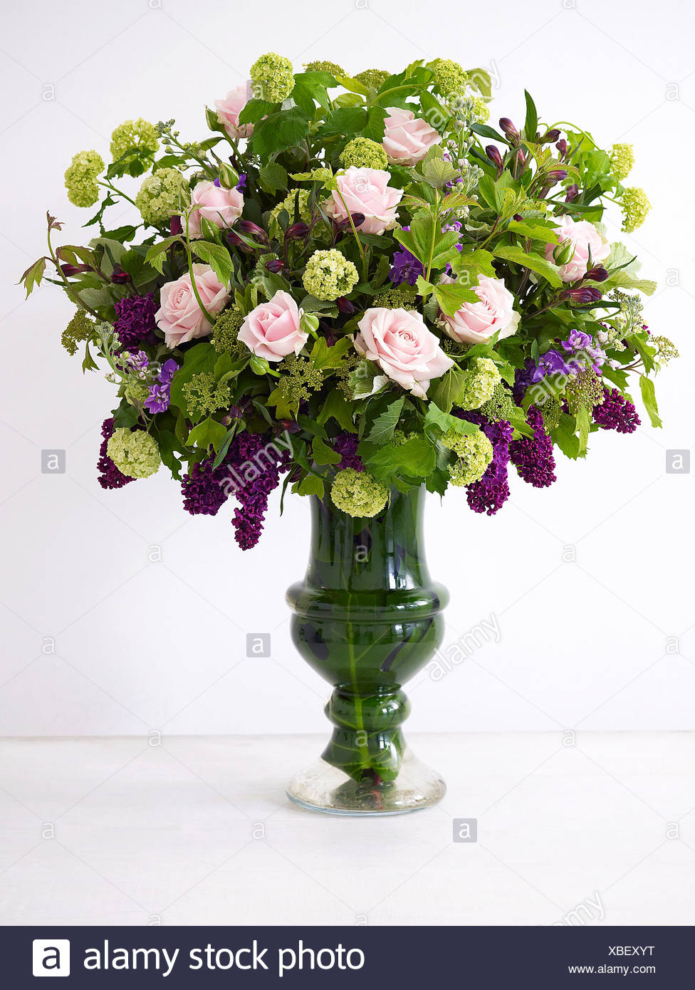 Rose and lilac urn, close-up - Stock Image