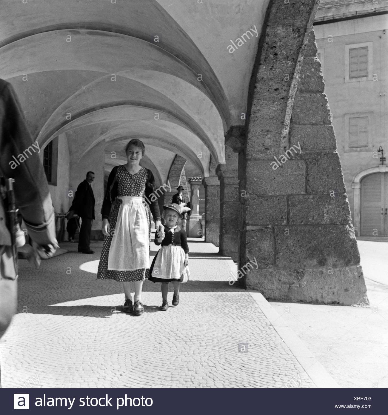Eine Mutter und ihre kleine Tochter spazieren durch die Kolonnaden des Ehrenmals für die im 1. Weltkrieg Gefallenen in Berchtesgaden, Deutschland 1930er Jahre. A mother strolling with her little daughter through the colonnades of Berchtesgaden WWI memoria - Stock Image