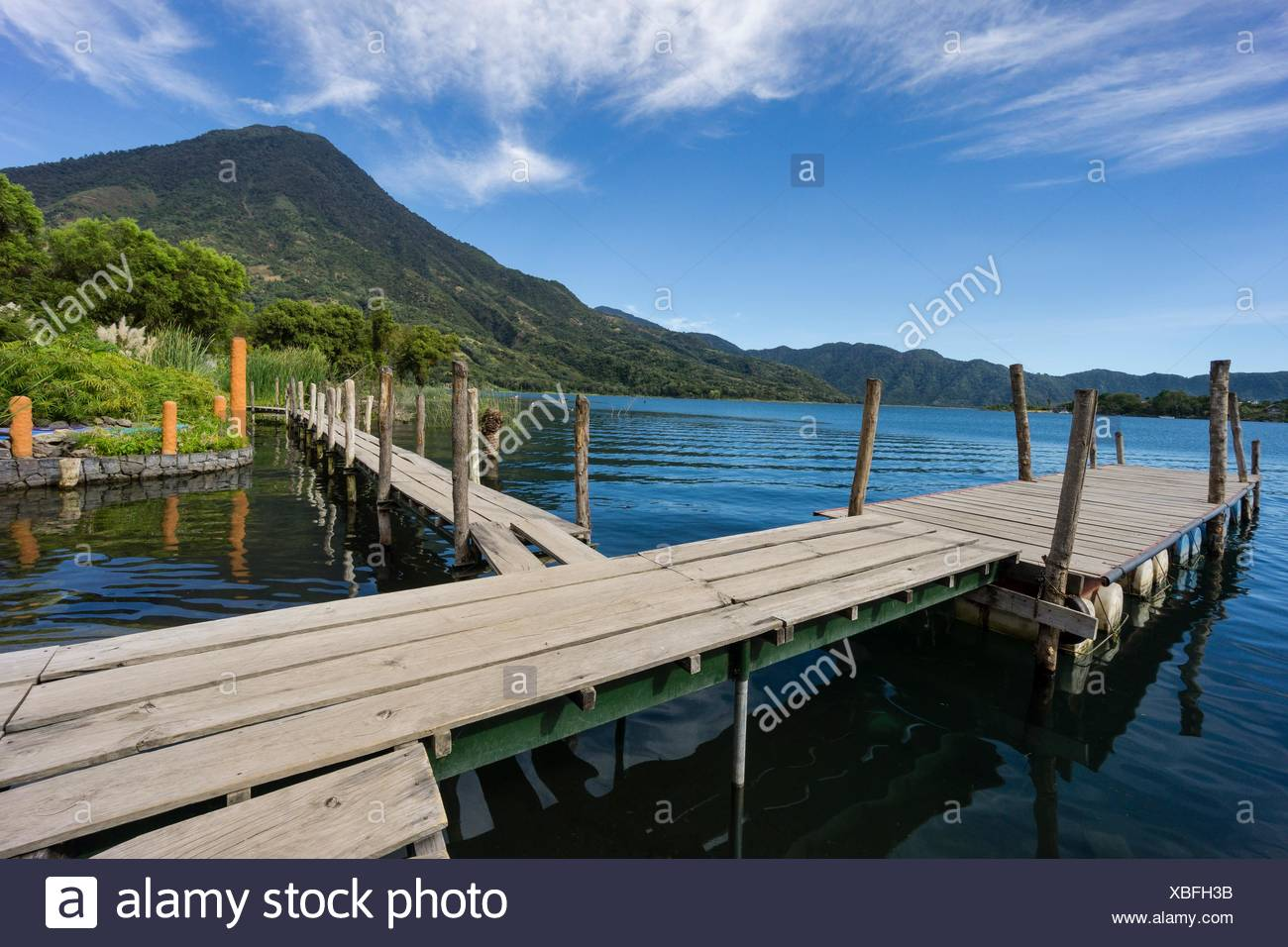 embarcadero frente al volcán San Pedro, suroeste de la caldera del lago de Atitlán , Santiago Atitlán. Tiene una altitud de 3. 020,Guatemala, Central - Stock Image