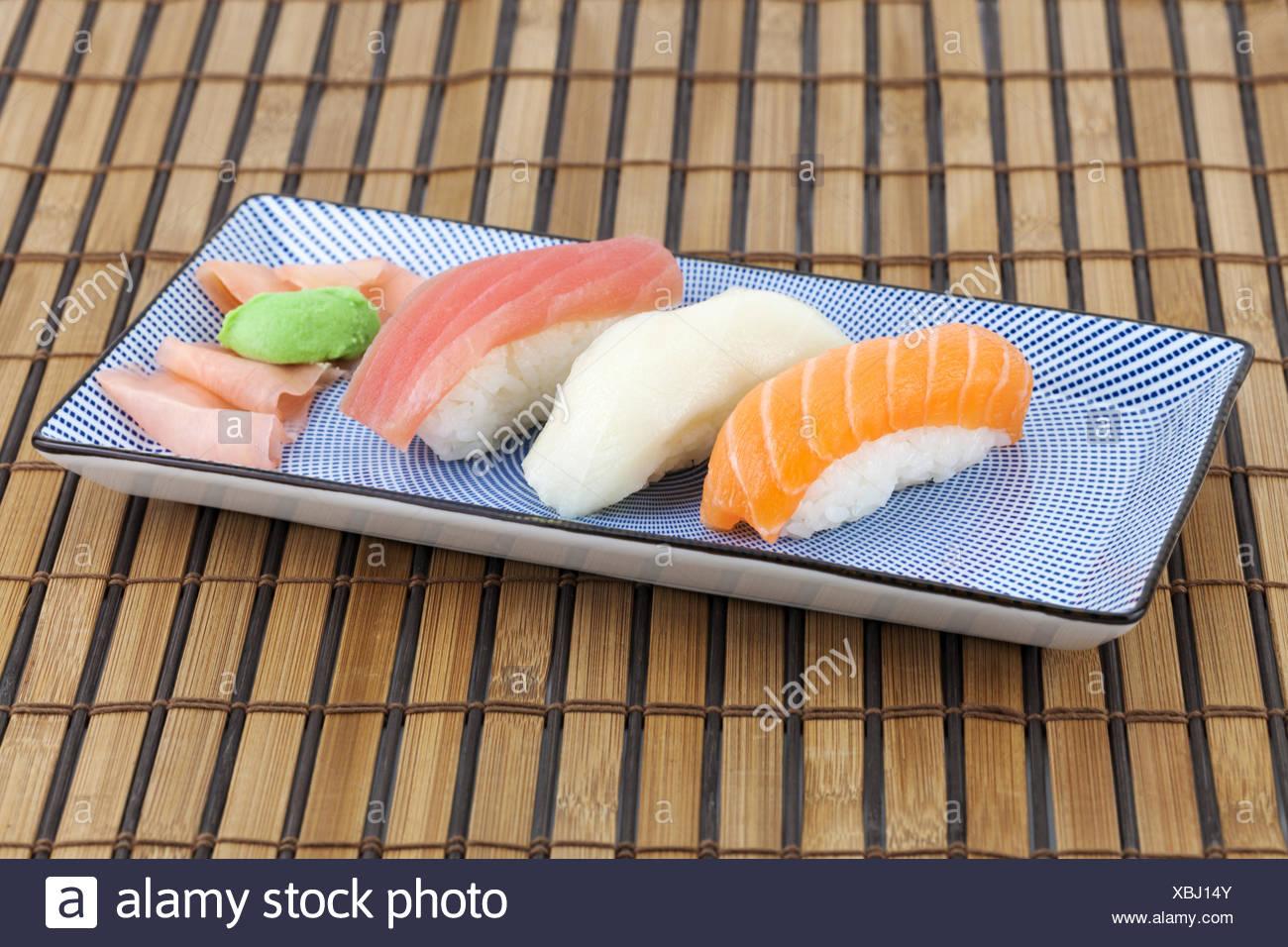 Japanisches Sushi Auf Einen Teller Stock Photo Alamy