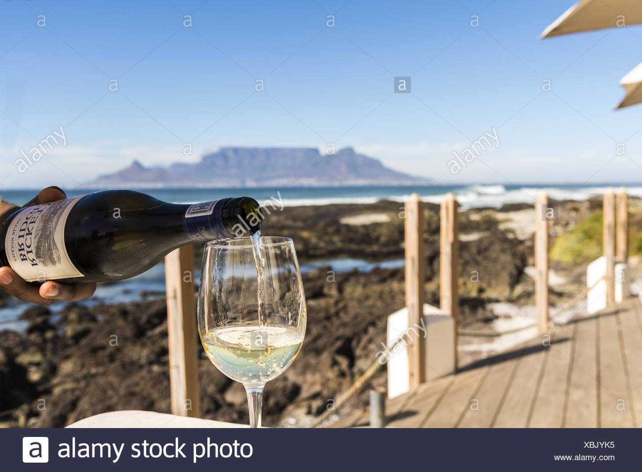 White wine, table mountain at bloubergstrand - Stock Image