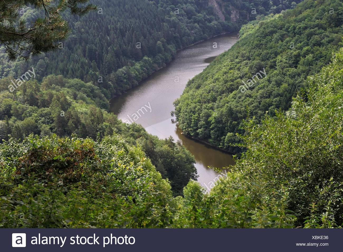 lake of Fades-Besserve bisected by the Sioule River, Puy-de-Dome department, Auvergne-Rhone-Alpes region, France, Europe. - Stock Image