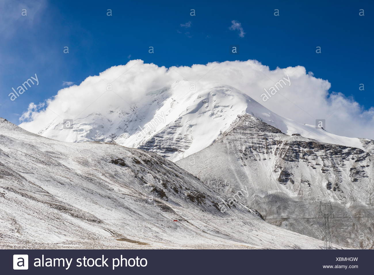 Snow covered mountains between Lhasa and Gyantse. - Stock Image