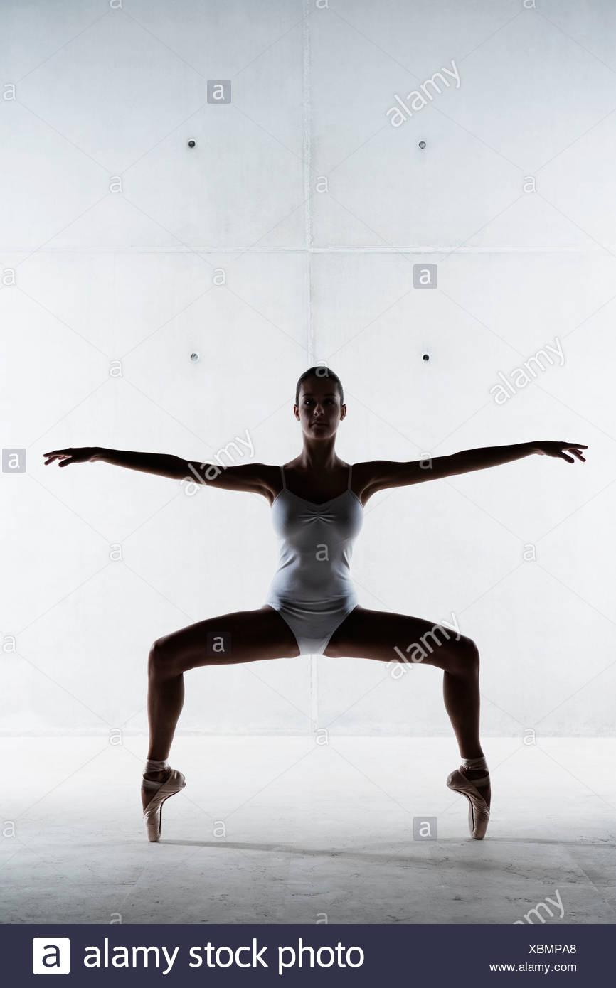 Ballet dancer posing on pointe - Stock Image