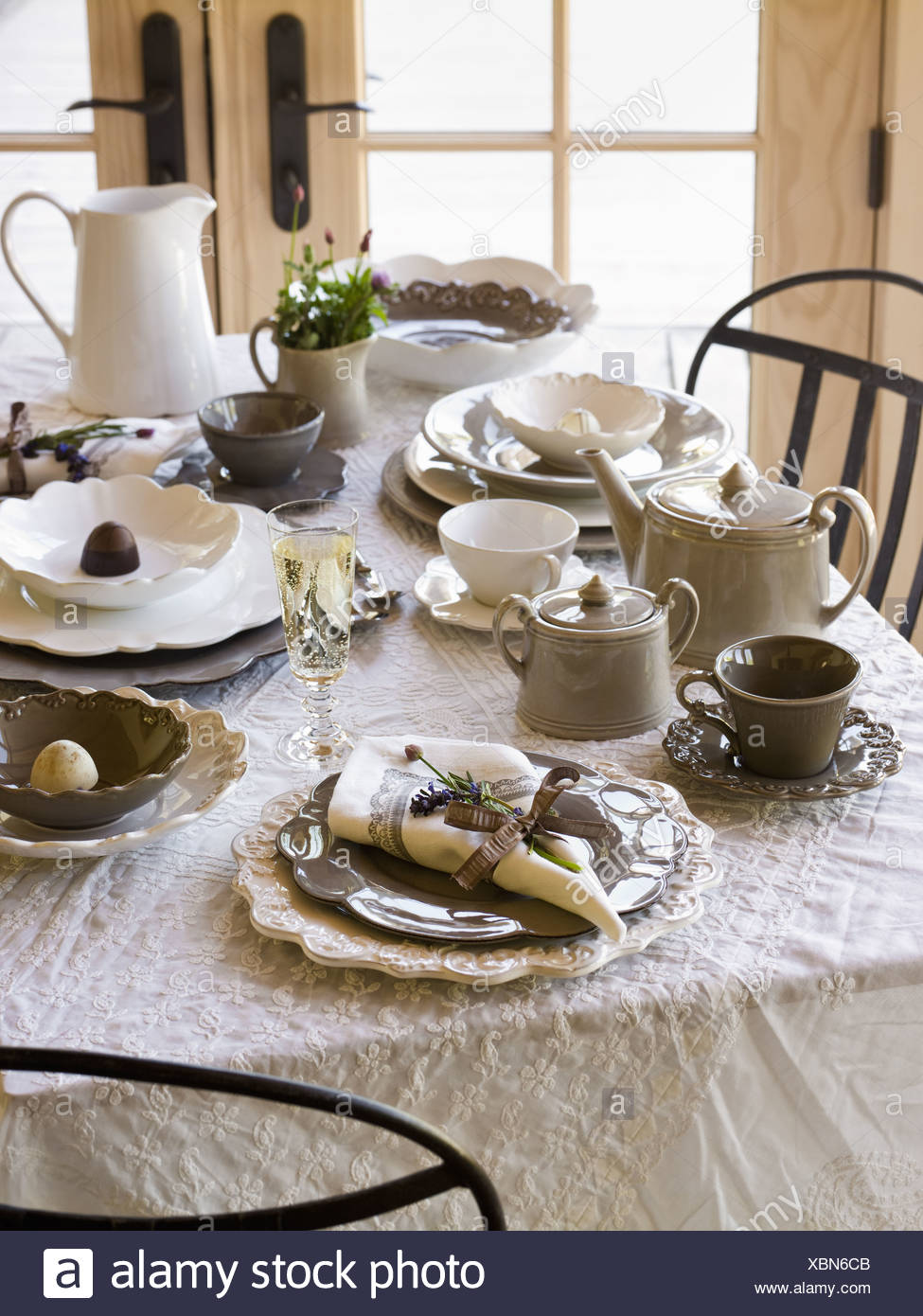 Maryland USA table laid for meal white table cloth white china - Stock Image