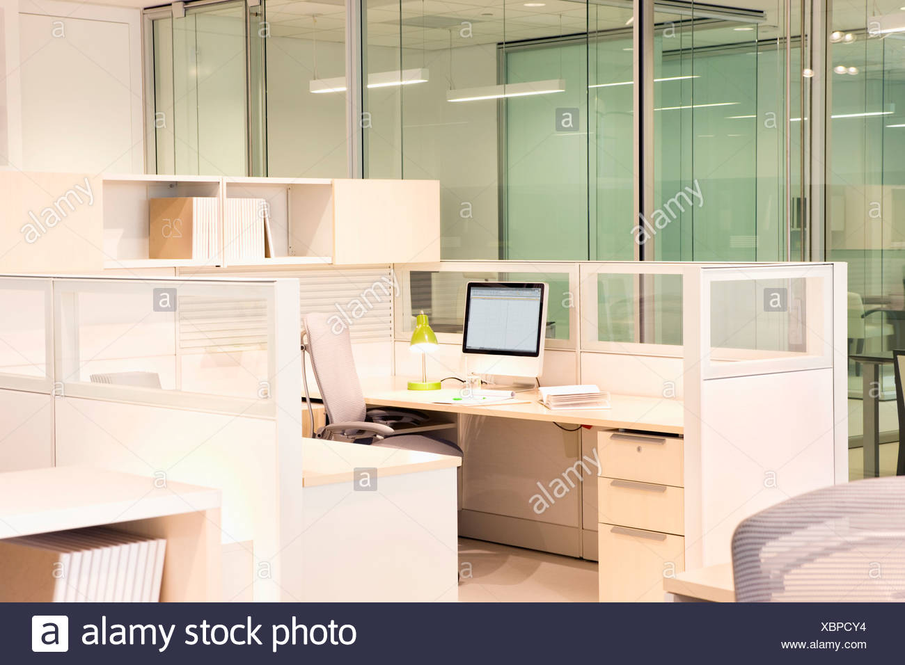 Empty, modern desk in office cubicle - Stock Image
