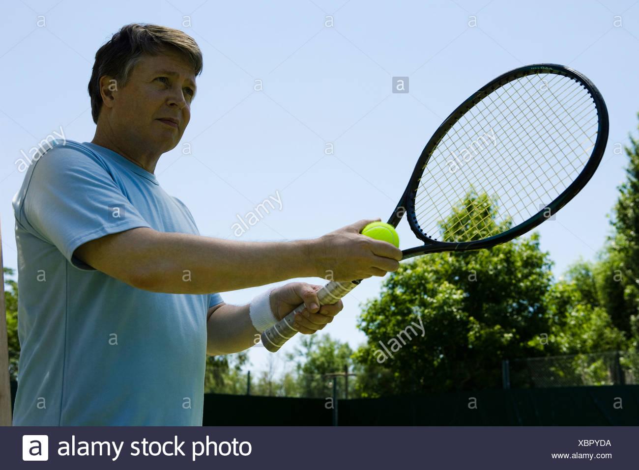 Tennis player preparing to serve - Stock Image