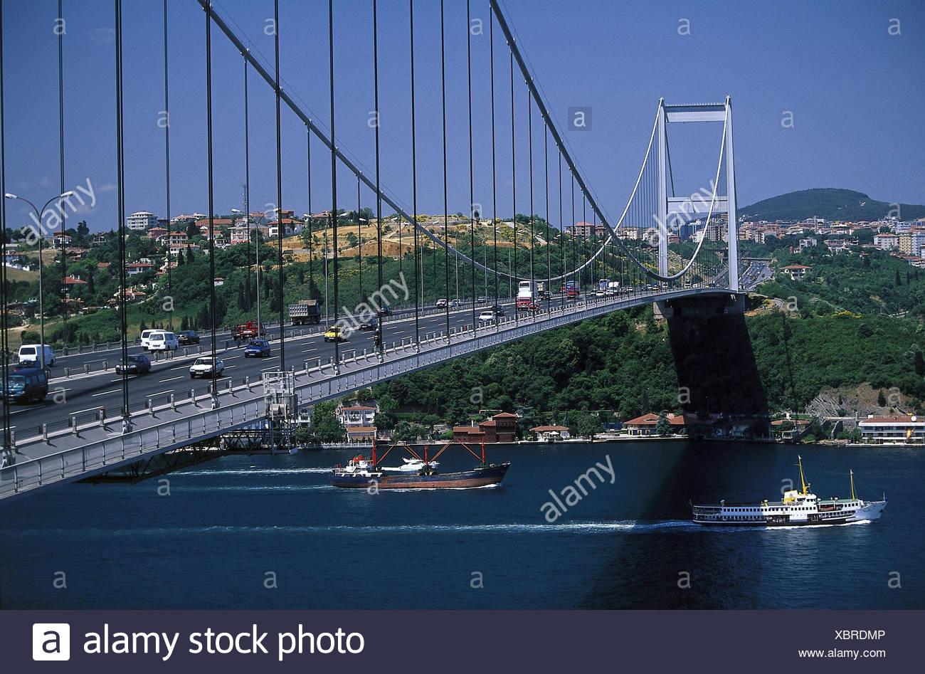 Türkei, Istanbul, Stadtviertel Ortaköy, Brücke, 'Bogazici Köprüsü'  Erste Bosporus-Brücke, Hängebrücke, Meerenge, Bosporus, Schiffe, Schifffahrt, Verkehr - Stock Image