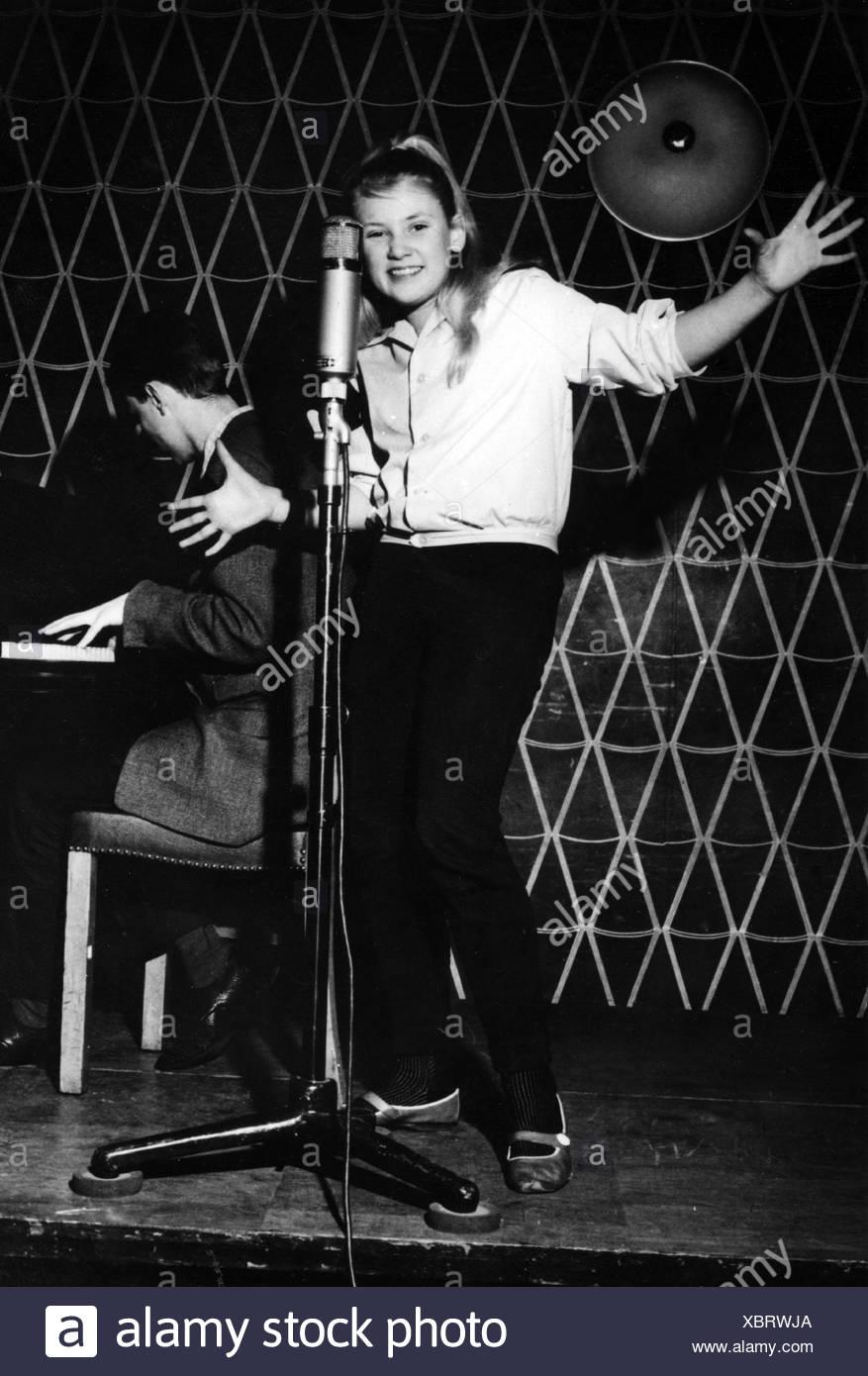 Haenning, Gitte, * 29.6.1946, Danish singer, full length, singing, around 1960, pop, music, 1960s, 60s, child, tennager, young, - Stock Image