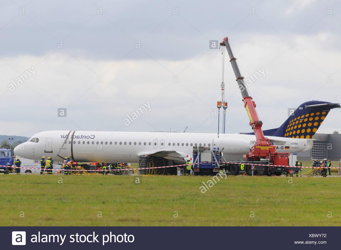 Emergency landing of a CONTACT air machine at Stuttgart airport, landing gear failure, SPD leader Franz Muentefering, on the wa - Stock Image
