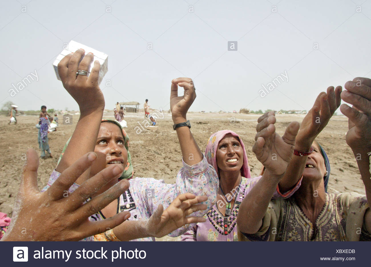 Distribution of relief supplies to flood victims, Shadhat Kot, Pakistan - Stock Image