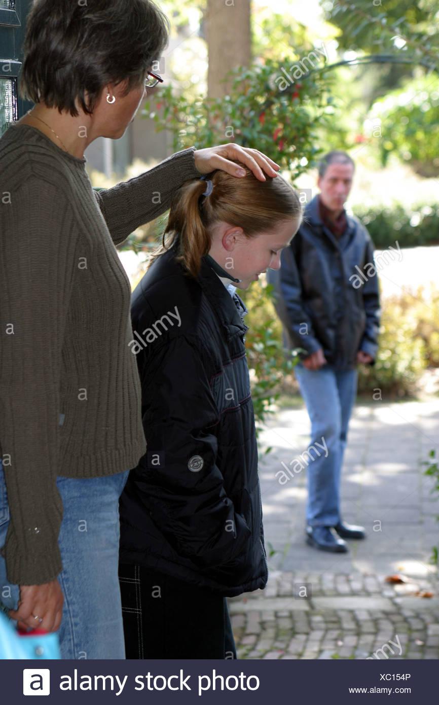 Child Custody: Divorced dad picking up child for weekend visitation after divorce. - Stock Image