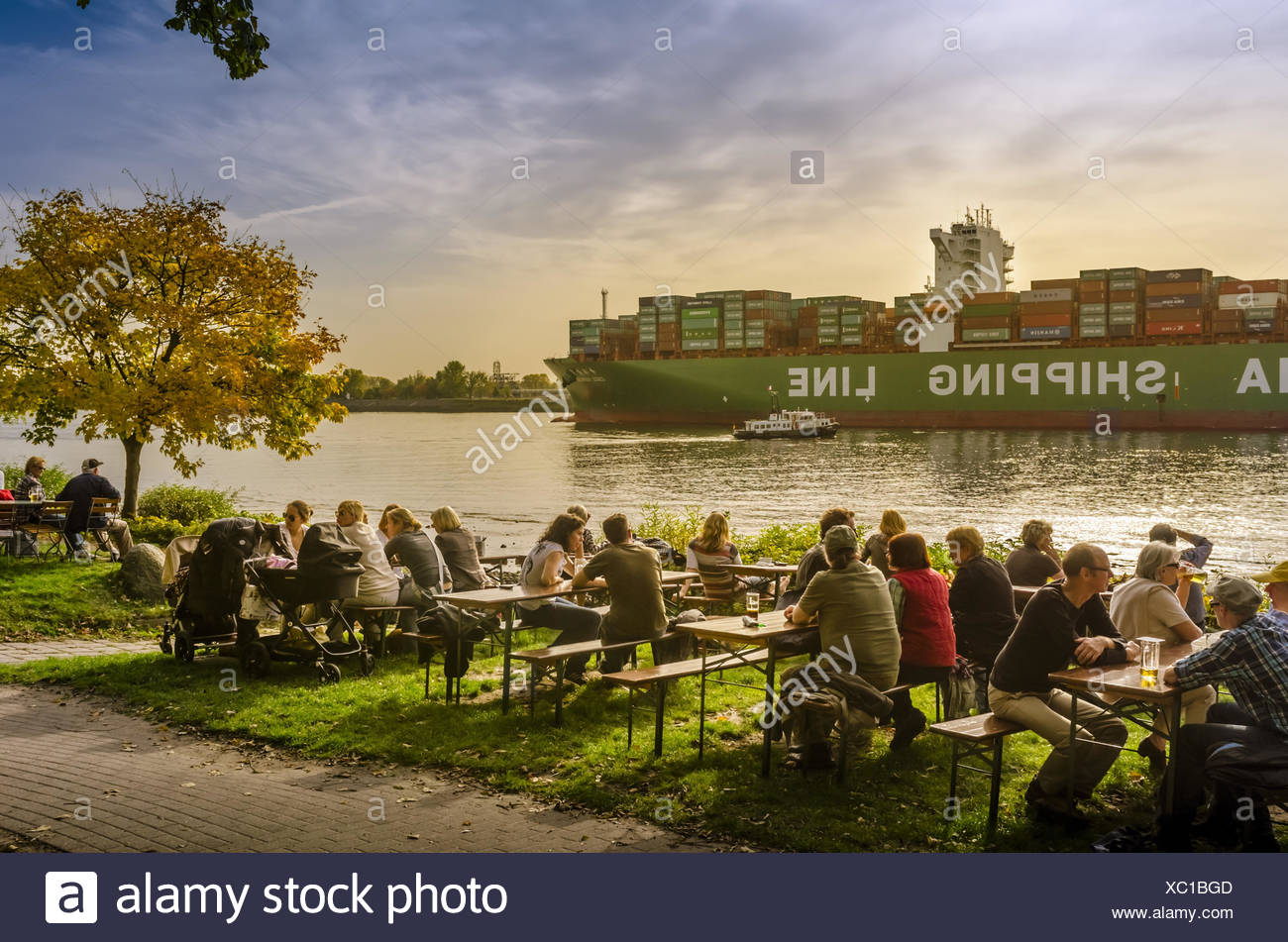 Germany Hamburg Harbour Elbe Elbe Shore Container Ship Outdoor Cafe Beer Garden Guests Stock Photo Alamy