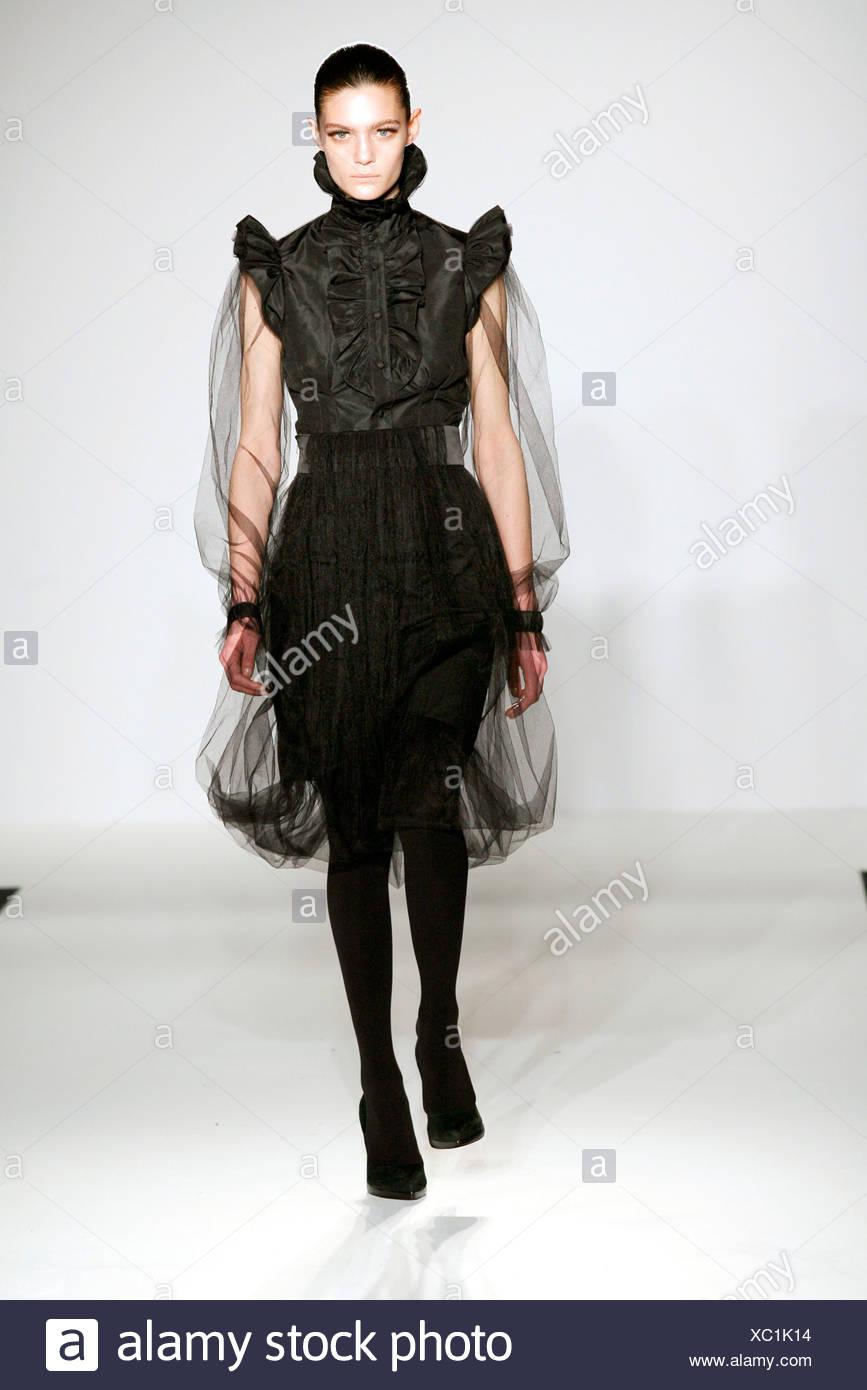 b309beabfcd330 Jens Laugensen London Ready to Wear Autumn Winter Model Marina Peres  brunette hair off face wearing